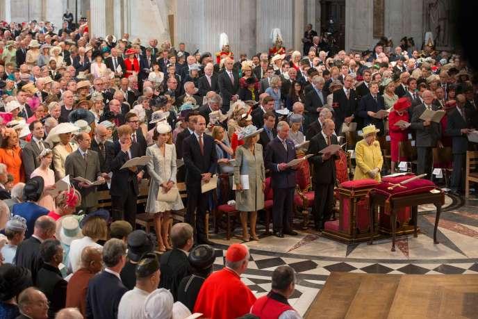 La reine Elizabeth II entourée par la famille royale vendredi 10 juin à Londres.