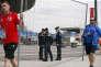 Des personnels travaillant au Stade de France lors de l'Euro 2016, en juin, alors que des policiers patrouillent.