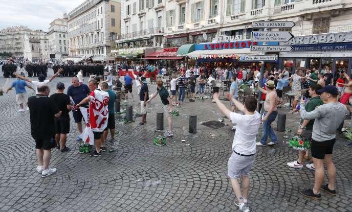 Des supporteurs anglais narguent les forces de l'ordre françaises, le 10 juin à Marseille.