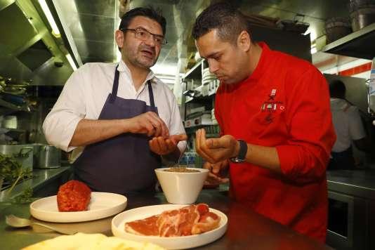 Le chef français Stéphane Jego et le chef réfugié syrien Mohamad El Khadry officiaient au restaurantl'Ami Jean,le 10 juin à Paris.