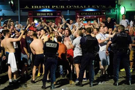 Des supporteurs anglais et les forces de sécurité, le 9 juin devant un pub à Marseille.