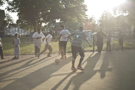 Des adolescents jouent au foot dans le quartier défavorisé de Riverside, à Cardiff, le 7 juin.