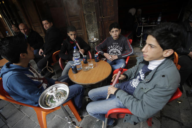De jeunes fumeurs de chicha à Damas, en janvier 2014.