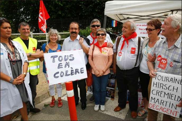 Philippe Martinez (CGT) avec les syndicalistes de l'hôtial Adelaïde-Hautval de Villiers le Bel, le 10 juin.