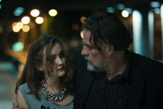 Manon Capelle et Bouli Lanners dans le film belge de Savina Dellicour, « Tous les chats sont gris».