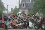 Le ballet des tracteurs, dont des agriculteurs benevoles de la region ne cesse pas, afin de deposer les dechets des riverains sur le Champs de Mars de Nemours le 6 juin 2016.