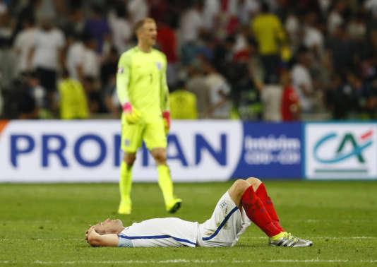 Le défenseur Gary Cahill, effondré après le match nul concédé face à la Russie (1-1), samedi 11 juin à Marseille.