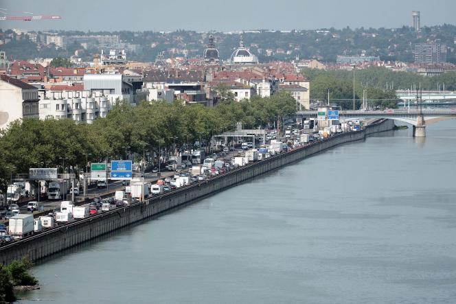 Embouteillages à l'entrée sud de Lyon, le long du Rhône, en direction de paris, le 24 juillet 2012.