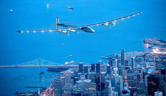 Solar Impulse 2 au-dessus de San Francisco, le 23 avril 2016.