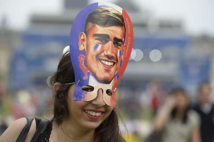 Une supporter française dans une fanzone portant un masque d'AntoineGriezmann le 10 juin.