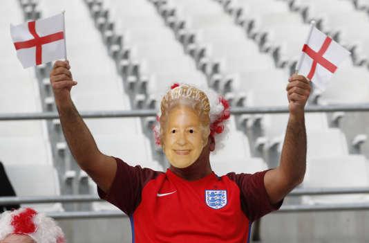 Un supporter anglais qui célèbre l'anniversaire de la Queen Mum.