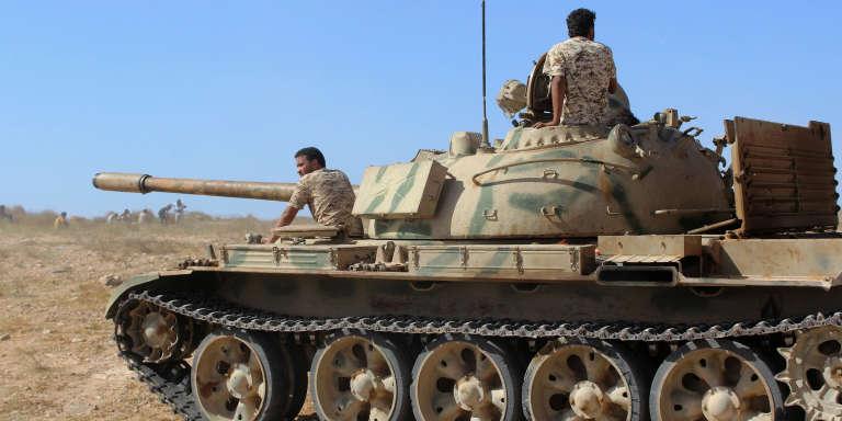 Un char des forces gouvernementales en route pour Syrte, le 10 juin 2016.