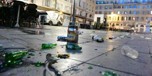 Des bouteilles de bière dans les rues de Marseille, le11juin2016.