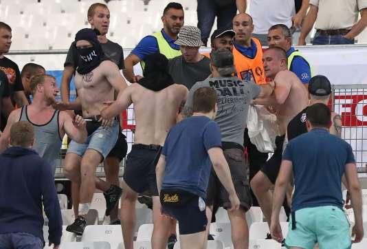 Il est reproché aux Russes des « perturbations » dans les tribunes, un « comportement raciste » et le lancer de « fumigènes ».