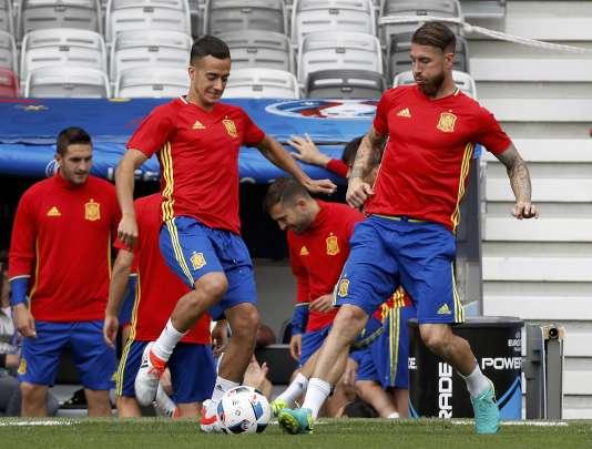 Thiago Alcantara (à gauche) et Sergio Ramos à l'entraînement dimanche 12 juin au Stadium de Toulouse.