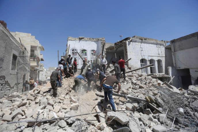 Des civils à la recherche de survivants après le bombardement d'Idlib, en Syrie, le 12 juin.