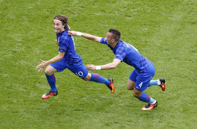 Luka Modric fêté par son camarade Ivan Perisic après son but contre la Turquie, le12juin à Paris.