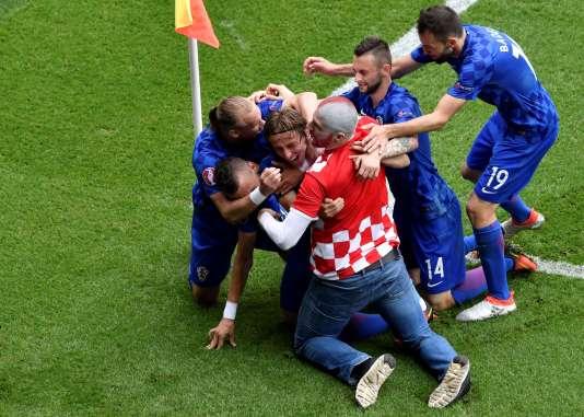 Ce même supporteur croate avec ses joueurs préférés.