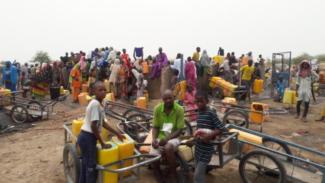 En attente d'eau potable, vendredi 10 juin, au camp de Kijendi, qui comptait déjà 12000 réfugiés avant les récentes attaques et s'estconsidérablement peuplé depuis.