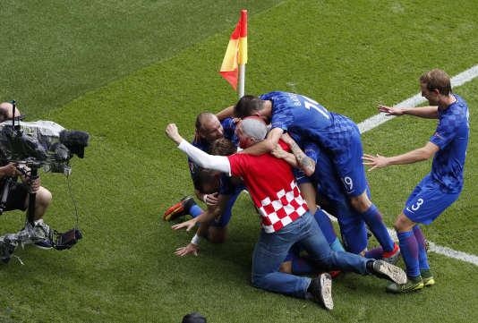 Un supporteur croate se mêle à la liesse des joueurs, le 12 juin à Paris.