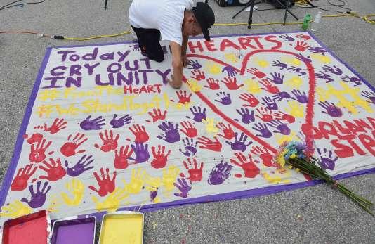 La toile blanche déployée par un homme à Orlando sur laquelle ont été ajoutées autant d'empreintes de mains que de victimes de la fusillade survenue dans la ville dans la nuit du11 au12juin 2016.