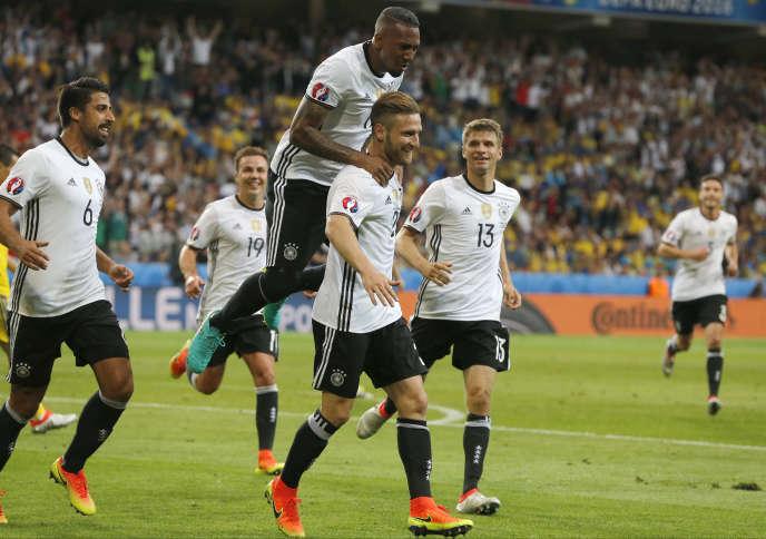 Les Allemands célèbrent le but de Mustafi, dimanche 12 juin.