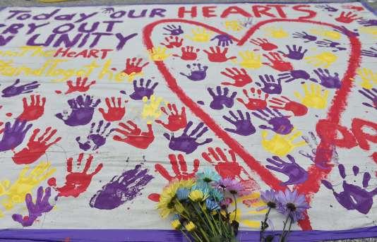 Une bannière à la mémoire des victimes de l'attentat d'Orlando, à quelques mètre de la discothèque The Pulse, le 12 juin 2016.