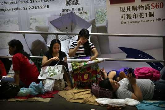 « Une récente analyse de l'Organisation internationale du travail (OIT) a montré que 17% des travailleurs domestiques étaient des migrants» (Photo: travailleuses domestiques travaillant à la broderie à Hongkong le 12 juin, qui compte 300000 migrants dans ce secteur, essentiellement en provenance d'Indonésie et des Philippines).