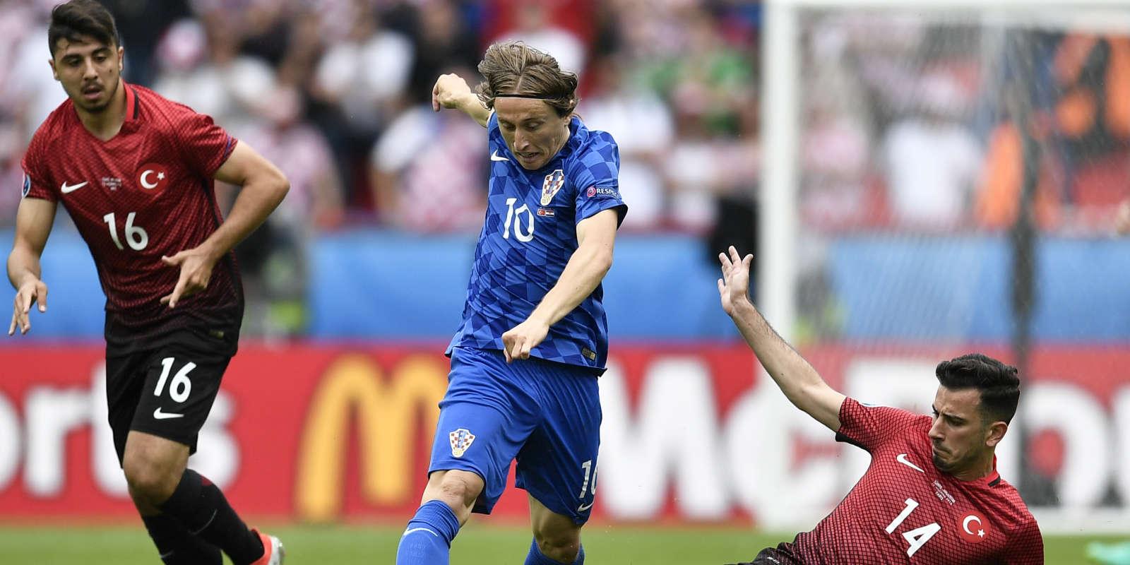 Oguzhan Ozyakup essaie de tacler le Croate Luka Modric.