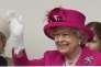 Le reine salue ses 10 000 invités, rassemblés sur le Mall, à Londres, le 12 juin, pour célébrer son 90e anniversaire.