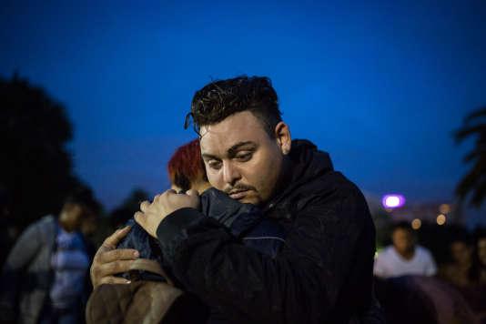 Ariel, qui a échappé à la fusillade, dans les bras de son ami Ashley, à Orlando (Floride) le 12 juin.