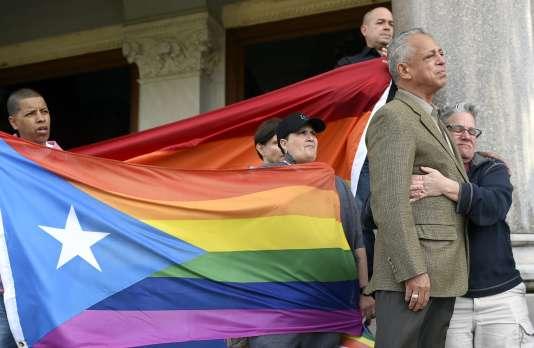 L'ancien maire de Hartford, Pedro Segarra, et Shawn Lang Hartford enlacés après le discours de M. Segarra, lors d'une veillée organisée par les communautés musulmane, lesbienne, gay, bisexuel et transgenre, sur les marches du capitole d'Orlando, en Floride, le 12 juin.