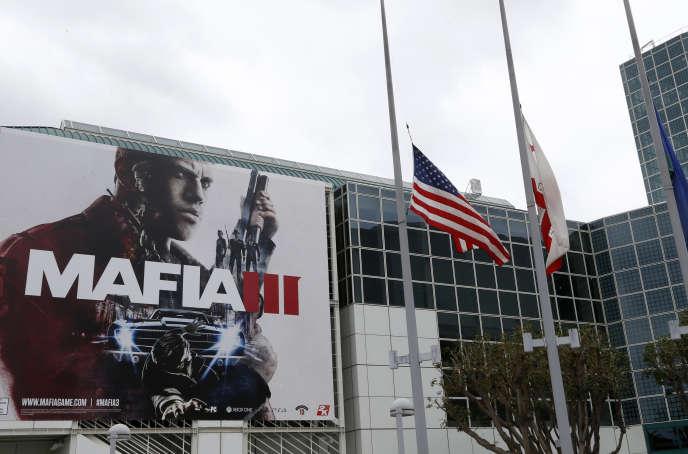 Drapeaux en berne, à l'ouverture du salon E3, en hommage aux victimes de la tuerie d'Orlando.