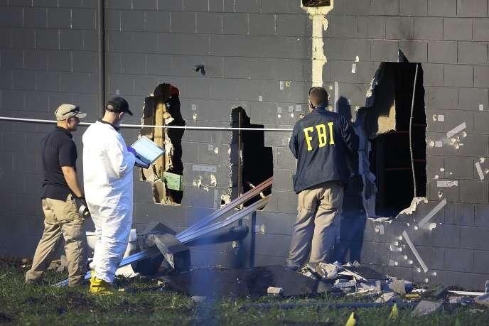 Des agents du FBI analysent le mur de Pulse, le 12 juin à Orlando.