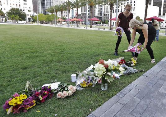 Dépôt de fleurs en hommage aux victimes, à Orlando (Floride), le 13 juin.