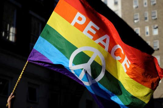 Le 12 juin 2016. Rassemblement à New York, devant le Stonewall Inn, bar de Greenwich Village devenu un symbole des droits homosexuels après qu'une intervention policière, le28juin1969, eut déclenché des émeutes spontanées.