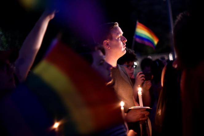 Recueillement devant le club «House Parliament»un autre club LGBT situé à une dizaine de minutes en voiture de la boîte de nuit martyre à orlando le 12 juin 2016 .