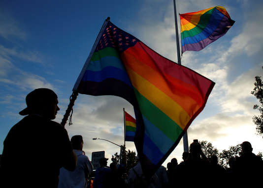 Hommage aux victimes de la fusillade d'Orlando, à San Diego (Californie),le 12 juin .