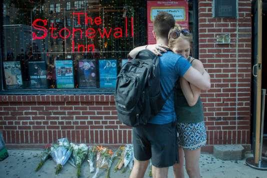 Devant le Stonewall Inn, le bar de Greenwich Village emblématique de la lutte pour les droits des homosexuels, à New York, le 12 juin 2016.