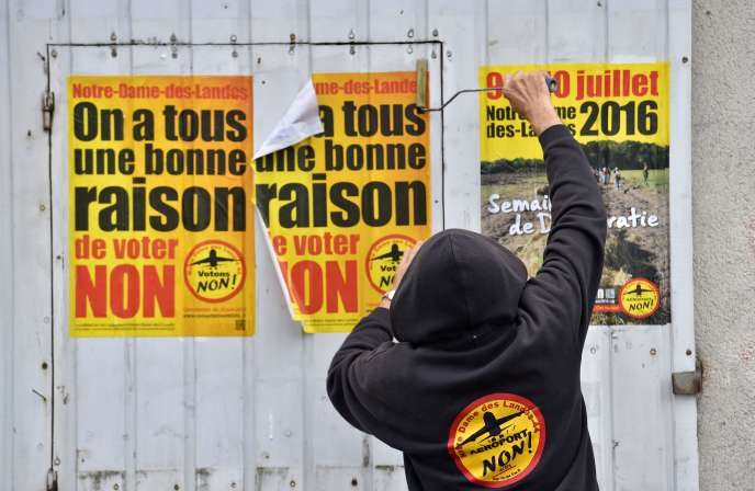 Militant collant des affiches pour le« non» au futur aéroport de Notre-Dame-des-Landes, le 13 juin.