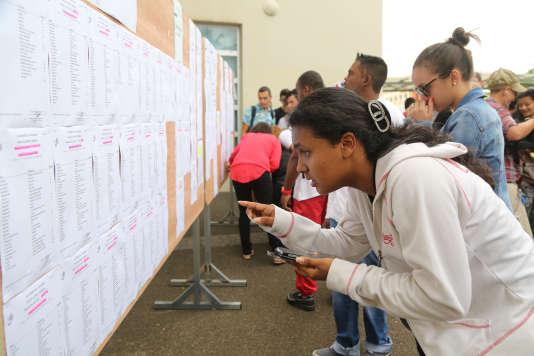 Résultats du bac 2015 à Saint-Denis-de-la-Reunion. AFP PHOTO / RICHARD BOUHET
