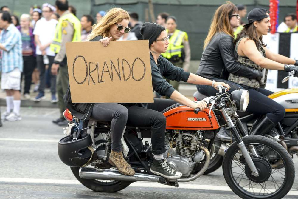 Lors de la parade de la 46e Gay Pride de West Hollywood (Los Angeles, Californie), l'après-midi même de l'attaque contre la boîte de nuit Pulse d'Orlando.
