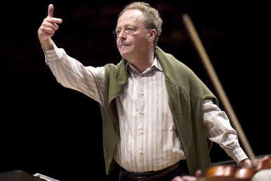 Le chef d'orchestre Emmanuel Krivine lors d'un concert à la Cité de la musique à Paris en avril 2011.