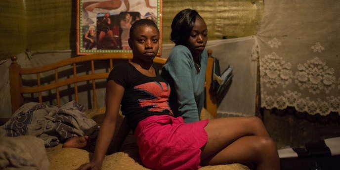 Deux jeunes prostitutées à Nairobi, au Kenya, en juin 2015.