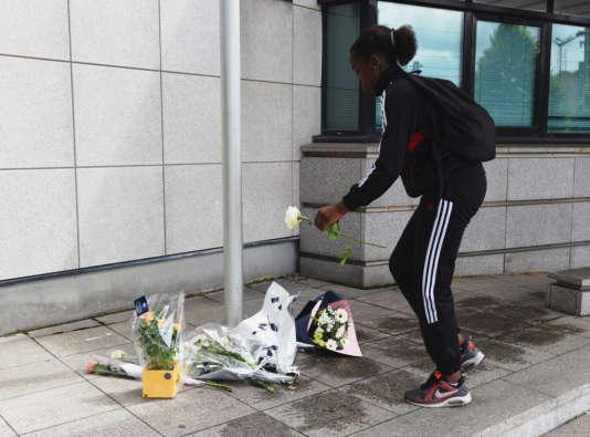 Mardi 14 juin, une collégienne déposait des fleurs devant le commissariat de Mantes-la-Jolie, à la mémoire des deux fonctionnaires de police assassinés à leur domicile.