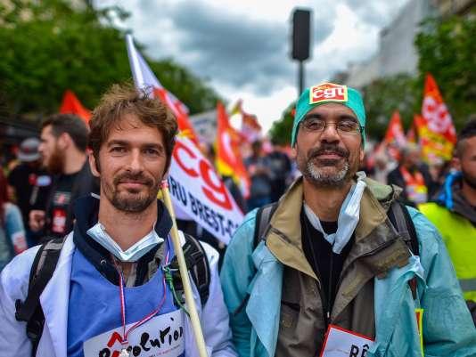 Gweltaz (en vert) et Laurent, infirmiers anesthésistes à Brest.