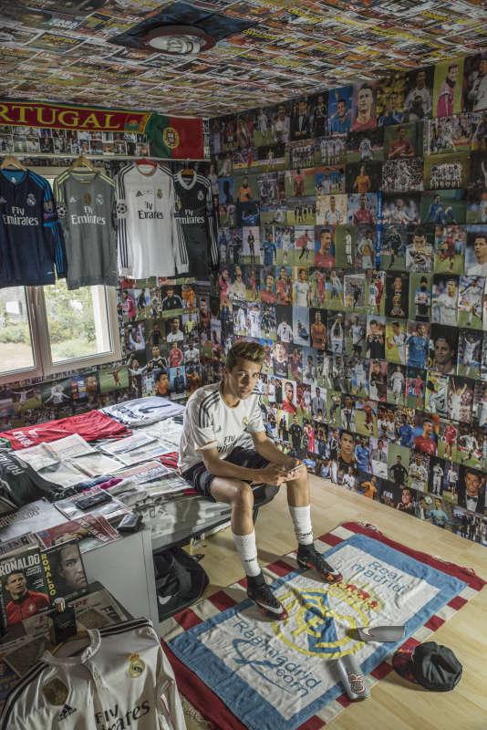 Teddy De Almeida, dans sa chambre tapissée de photos de Cristiano Ronaldo, à Bressuire, le 18 mai.