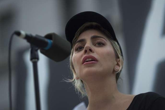 Lady Gaga fait partie des 180 artistes ayant signé une lettre ouverte au Congrès américain. Elle avait, le 13 juin, publiquement lu le nom des victimes de la tuerie d'Orlando.