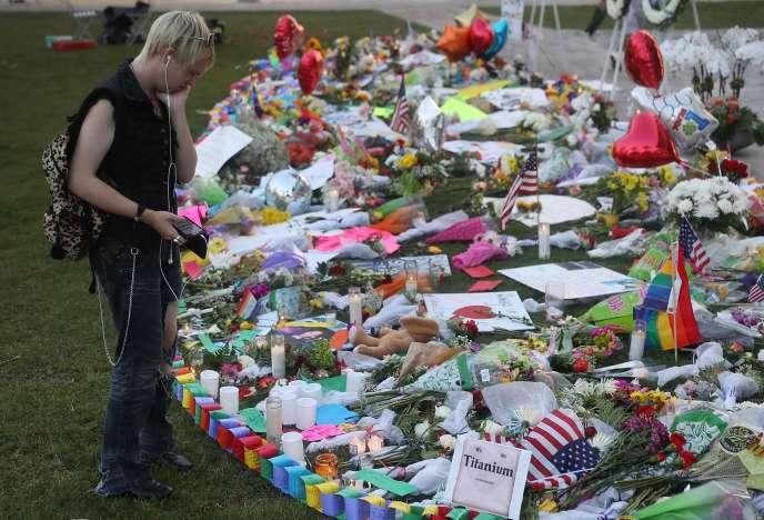 « En Amérique, c'est l'empire et sa politique anti-arabe et antimusulmane, ainsi que le « stupre » (luxure) qui y sévit (tolérance de l'homosexualité) qui semble être à l'origine des attentats terroristes » (Photo: scène d'hommage à Orlando, le 14 juin).