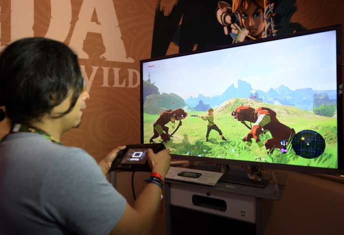 Un joueur essaie « The Legend of Zelda : Breath of the Wild », dans sa version Wii U, à l'édition 2016 du Salon du jeu vidéo de Los Angeles, l'E3.